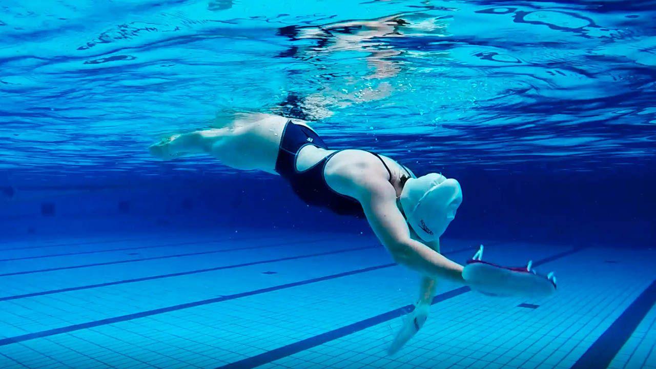 para qué sirven las manoplas de natación